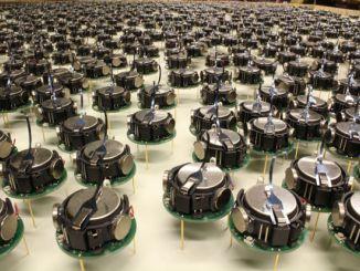 一千多个机器人利用群组智能进行分工合作