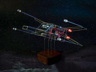 手工制作金属线框工艺的 X 翼型时钟